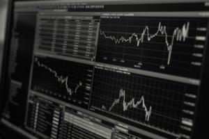 Trhy i nadále klesají